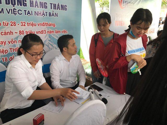 Đại diện Hải Phong.,Jsctư vấn giải đáp cho sinh viên về các chương trình làm việc tại Nhật Bản