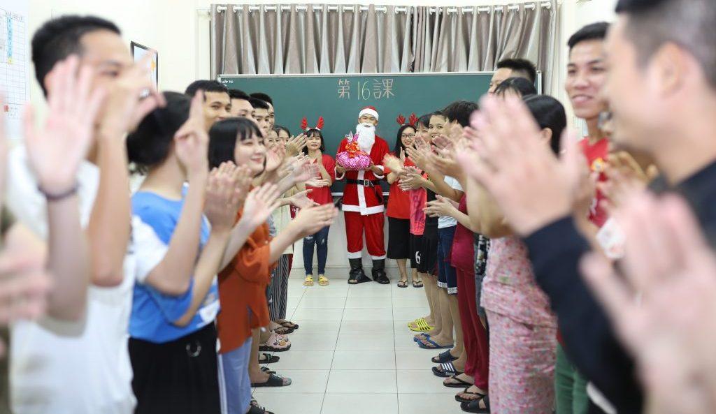 Ông già Noel và chiếc xe đẩy kẹo đặc biệt xuất hiện tại Trường Đào tạo Hải Phong